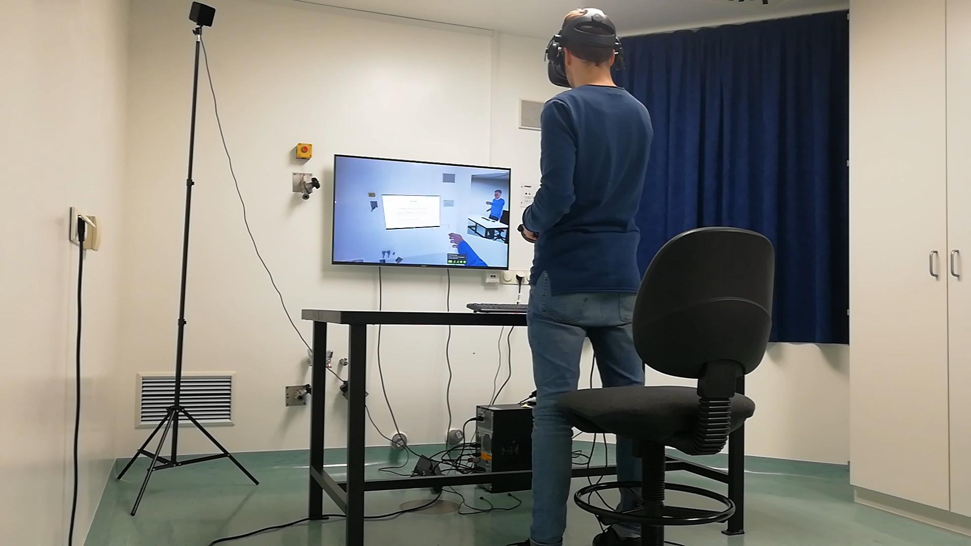 Virtual Reality Forschung in der Anwendung. Nutzer im realen Labor befindet sich virtuell im digitalen Zwilling und führt virtuell Online-Tests durch